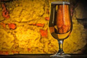 Svetlé pivo v sklenenom pohári